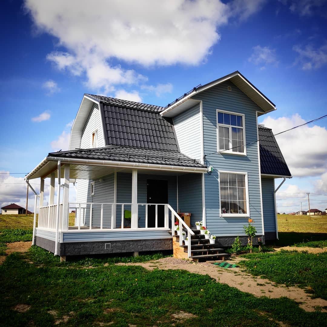 Голубой фасад – отличный выбор для загородного дома