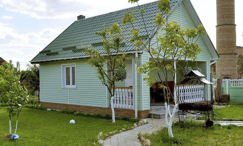 Зеленый фасад гармонирует с природой участка