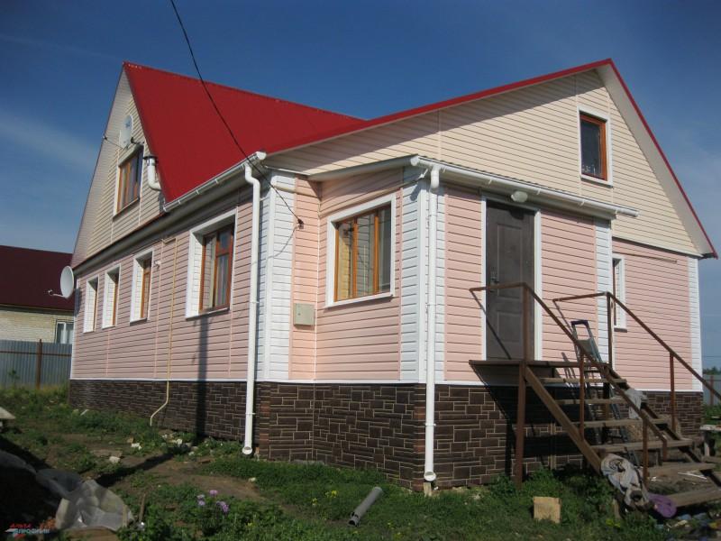 Отделка дома земляничным, белым сайдингом и фасадными панелями